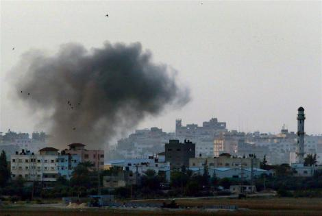 black_smoke_rises_after_an_israeli_air_strike_in_t_50aa8016b9[1]